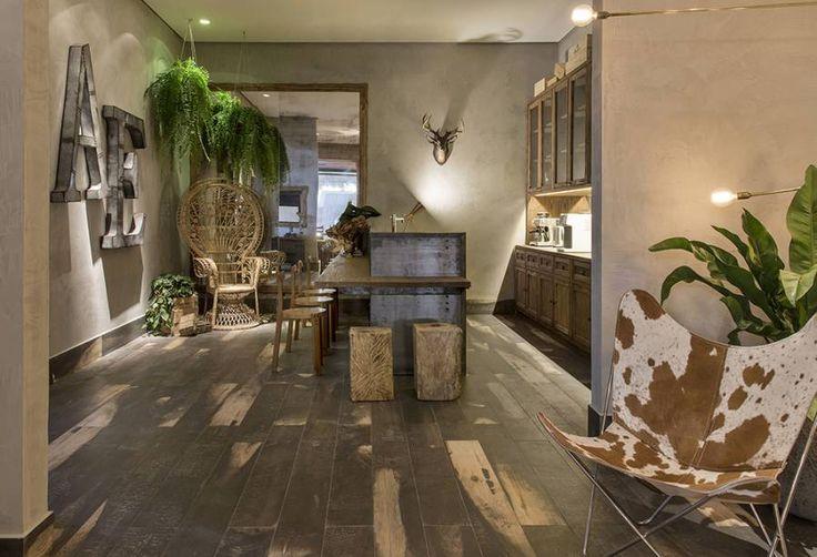 Wine Bar – Anna Paula Melo. As poltronas e o sofá Mole, de Sergio Rodrigues, delimitam um estar confortável. Outra criação do designer são as cadeiras Cantú.