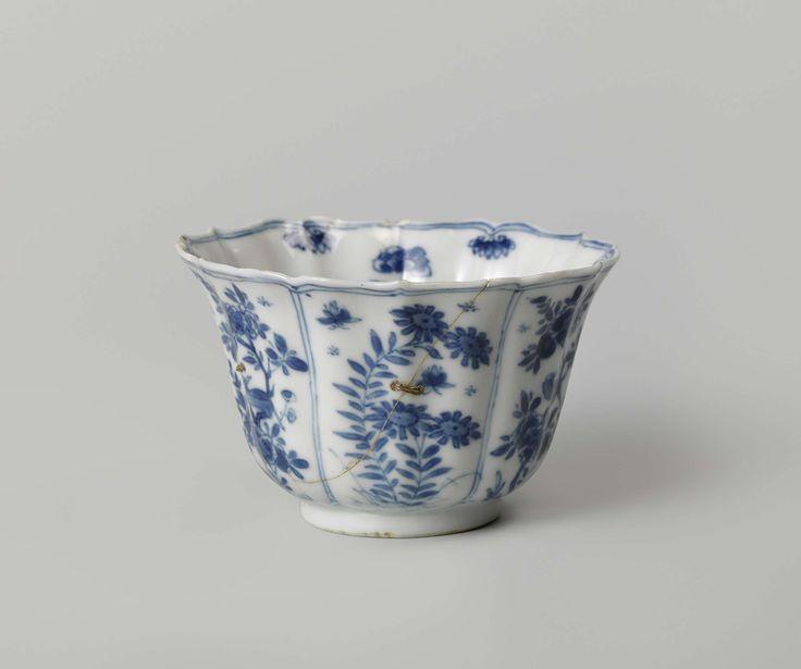 Anonymous | Kop, geribd, beschilderd met bloeiende planten, Anonymous, c. 1680 - c. 1720 | Klokvormige kop, geribd. Gedecoreerd in onderglazuur blauw met bloeiende planten. En bijbehorende schotel.