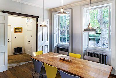 Ze vstupní haly se vchází přímo do jídelny. Masivní prkenné podlahy, profilované…