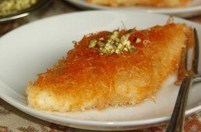 advertisment Γράφει ο Τόνι Νζέιμ Υλικά για 15 μερίδες: 500 γρ. τυρί ρικότα 400 γρ. μοτσαρέλα 1 πακέτο (500 γρ) κατεψυγμένο ψιλοκομμένο φύλλο κανταϊφιού 1 φλιτζάνι βούτυρο γάλακτος, λιωμένο και ζεστό 4 κουταλιές της σούπας ζάχαρη ½ φλιτζάνι κοπανισμένα φιστίκια Αιγίνης, για το γαρνίρισμα 3 φλιτζάνια σιρόπι Άτερ Εκτέλεση Εκ των προτέρων, να έχουμε προετοιμάσει …