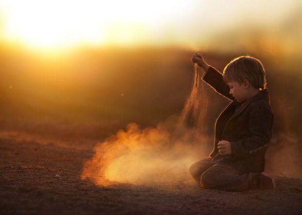 Elena Szumiłowa od dwóch lat fotografuje każdy dzień z życia swoich synków. Tak ciepłych zdjęć nie zobaczycie dziś nigdzie indziej - zdjęcie...