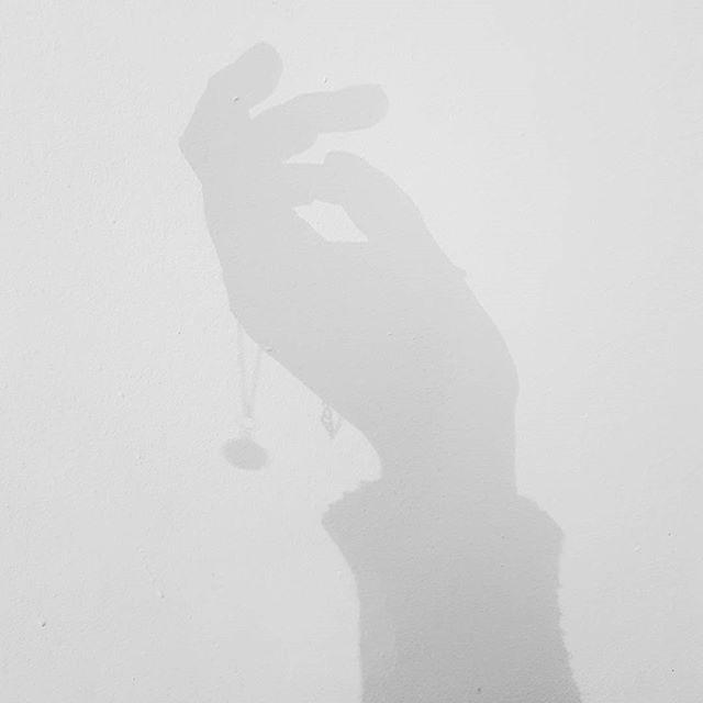 ✖OMBRE PORTÉE✖ DE NOTRE NOUVEAU COLLIER PAULA - À découvrir très bientôt . . . #blackandwhite #jewelry #jewels #ombre #shadow #necklace #paula #giselb #frenchdesigner #frenchbrand #madeinfrance #handmade #quartz #gems #bijoux #hand #main #artisan
