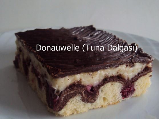 Donauwelle harika bir pasta tarifi. Şık görünümü ve eşsiz lezzeti ile ikram için son derece yerinde bir seçim. Konuklarınıza yeni ve farklı bir pasta ikram etmek istiyorsanız bu tarifimizi mutlaka denemelisiniz. #pasta #tarifleri