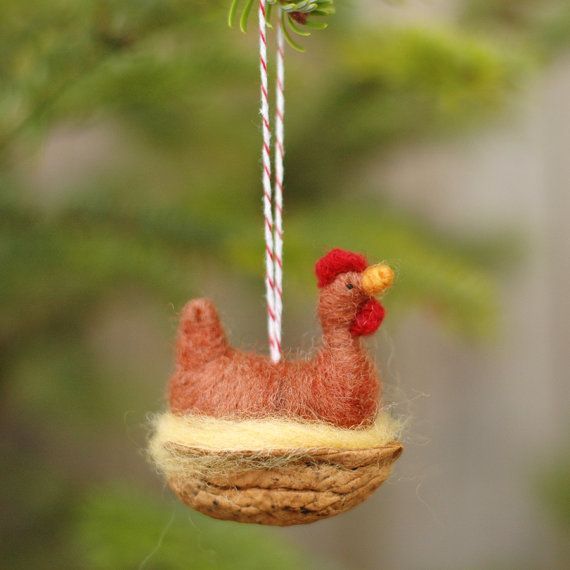 Eine Glucke wird in Deckung vor den überall dort, wo sie kann – eine Walnuss-Schale scheint wie ein aussichtsreicher Kandidat, wenn Sie eine Walnuss groß genug--finden können oder ein Huhn klein genug!  Unsere Rhode Island Red Ornamente sind rund 1,5 Zoll lang und groß. Jedes Huhn ist Nadel über einen Pfeifenreiniger Rahmen mit gestickten Augen aus Wolle gefilzt. Jedes Huhn Nester in einer Walnuss schälen Hälfte. Hühner sind nicht abnehmbar, dass an Stelle geklebt worden. Rote und weiße…