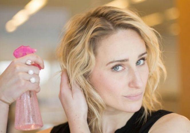 BEAUTY DIY: Πώς μπορείς να δημιουργήσεις το τέλειο στυλ παραλίας στα μαλλιά σου με δύο μόνο υλικά!