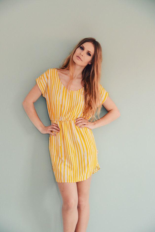 Gelbes, knielanges Sommerkleid mit Streifen / yellow ...