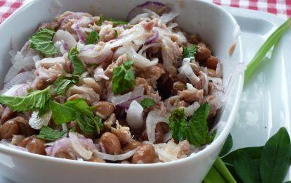 Insalata ai tre legumi - E' un piatto unico facile e veloce questa insalata ai tre legumi a base di fagioli, lenticchie e ceci. Usate quelli in scatola, sgocciolateli bene e conditeli come vi proponiamo.