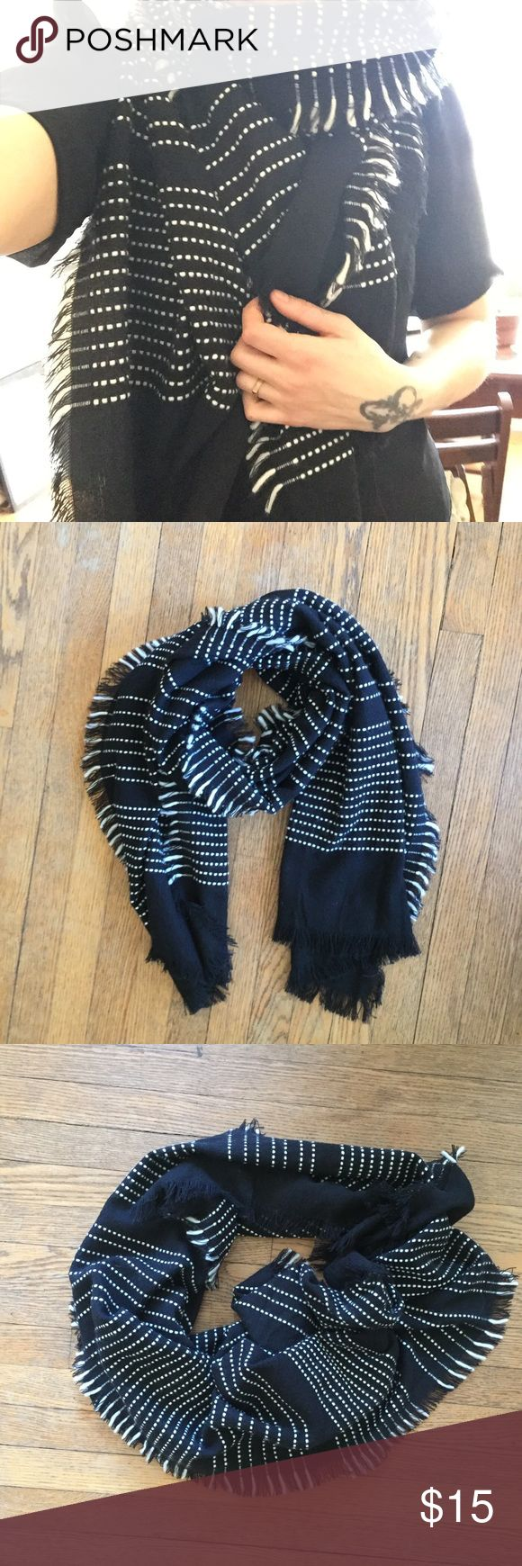 🌘 COZY textured blanket scarf by GAP 🌒 Black and white textured blanket scarf. Very cozy, warm and versatile. Winter 2018, only worn once. GAP Accessories Scarves & Wraps