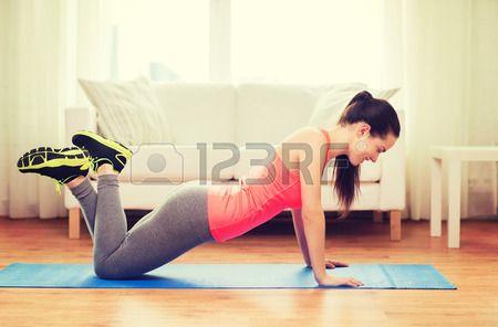 Fitness, Thuis En Voeding Concept - Glimlachende Tienermeisje Doen Push-ups Thuis Royalty-Vrije Foto, Plaatjes, Beelden En Stock Fotografie. Image 35285545.