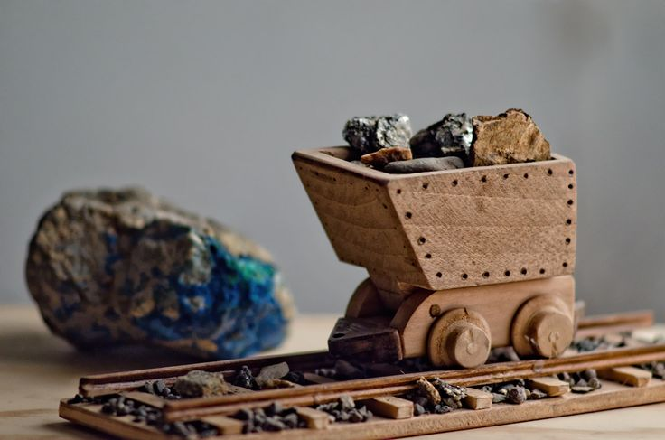Pequeño Carro Minero de Madera Artesanal. Juguete. Small Mining Cart made of wood. Toy. Ore cart. Minecart.