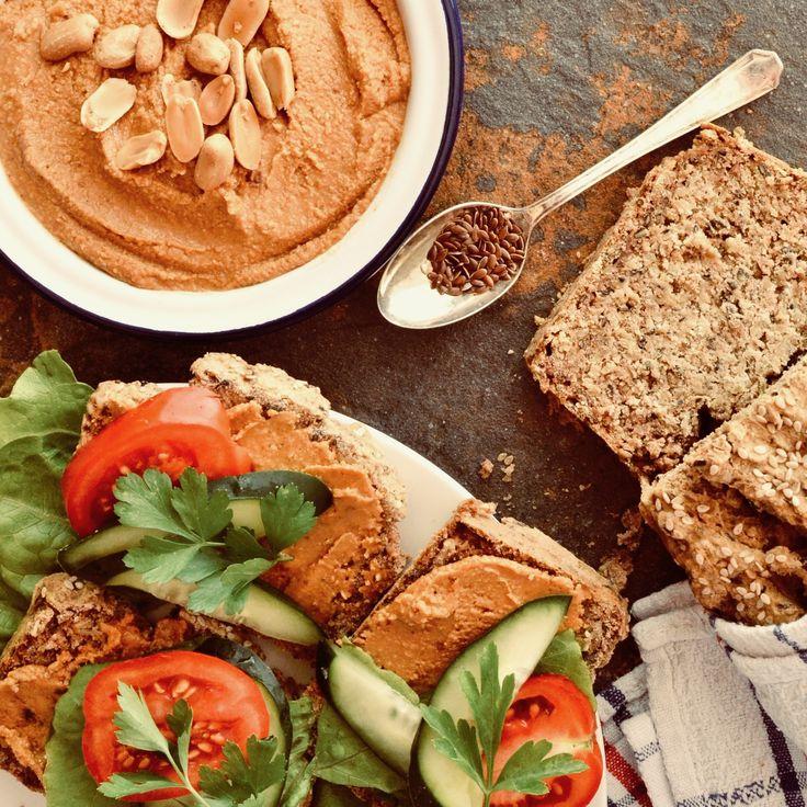 Bovetebröd och jordnötssmör! Det här brödet är glutenfritt, sockerfritt och veganskt. Receptet finns i meny 16. Hoppas att du får en härlig måndag! 😊🍂☀️  www.allaater.se