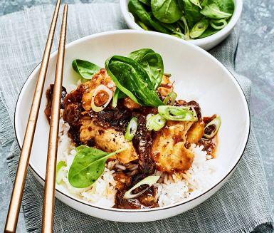 Kvällens middag bjuder på en ljuvligt god rätt med inspiration från Kina. De möra kycklingfiléerna steks och får sedan puttra i en sötsur sås med plommon, soja och ingefära tills smakerna gift sig.
