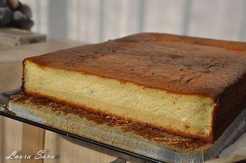 Aceasta prajitura turnata cu branza este-o minunatie de prajitura!!! Si e absolut delicioasa si in varianta cu mere sau dovleac. Tava folosita de mine a fostuna de aproximativ 30 cm. lungime/20 cm. latime, dar a iesit parca un pic prea subtirica…asa ca, daca aveti vreo forma mai micuta, folositi-o cu incredere!!! De fapt, la …