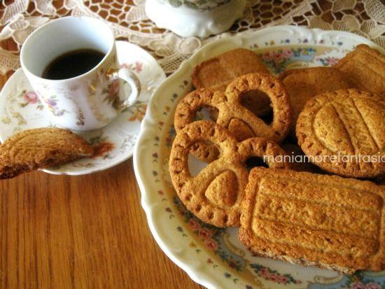 Semplici biscotti con farina integrale e miele per cominciare la giornata in modo piacevole e sano.