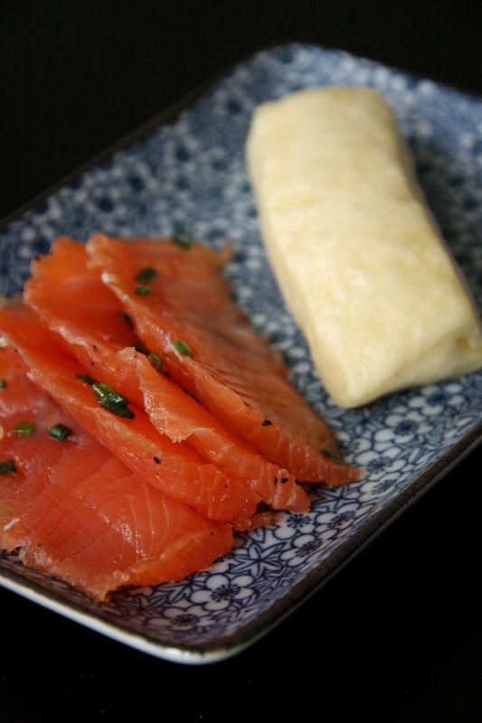 Gravlax de saumon au gingembre et à la citronnelle, petits pains vapeur inspirés des Dampfnuddeln