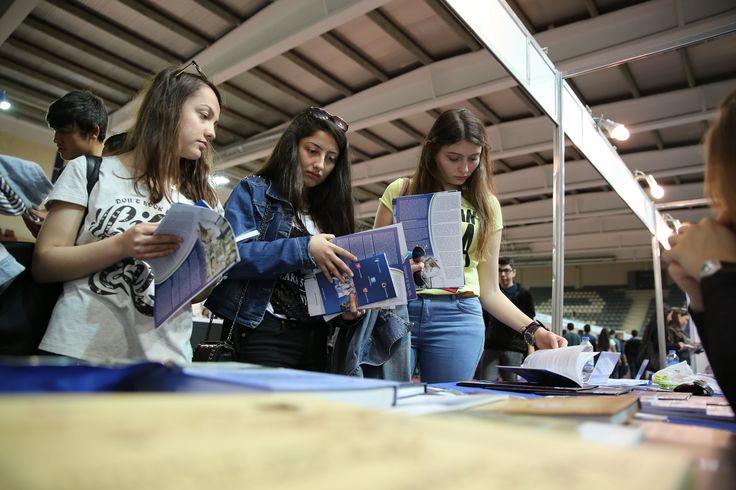 Ege Üniversitesi 18. Tanıtım Günleri... Lise son sınıf öğrencilerine yönelik meslek seçimi ve üniversite yaşamı hakkında geniş çaplı bilgi vermeyi amaçlayan ''Ege Üniversitesi 18. Tanıtım Günleri'' 14-15 Nisan tarihlerinde EÜ Büyük Spor Salonu'nda gerçekleştirildi. EÜ 18. Tanıtım Günlerine Ege Bölgesi başta olmak üzere 116 okuldan 7026 öğrenci katıldı.