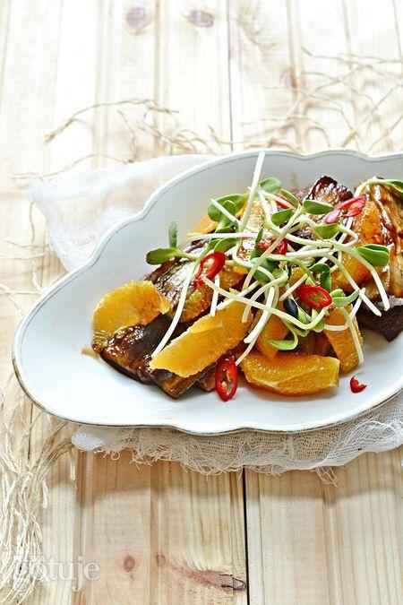 Sałatka z karmelizowanego bakłażana i pomarańczy