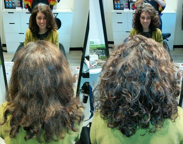 Voor en na krullenknippen, before after. Krullen geknipt bij krullenkapper Haarstudio DUET & friends te Hengelo. hairstyles.  Dit is natuurlijk krullend haar, geen permanent en NIET geknipt met de Curlsys methode van Brian Mclean, model is geknipt door krullenkapper, krullenspecialist, allround hairstylist. Marjan van Haarstudio Duet & friends in Hengelo.