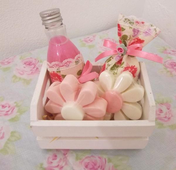 Sabonete líquido+ sachê+ 2 sabonetes Margaridão.....com detalhes em tecido florido.