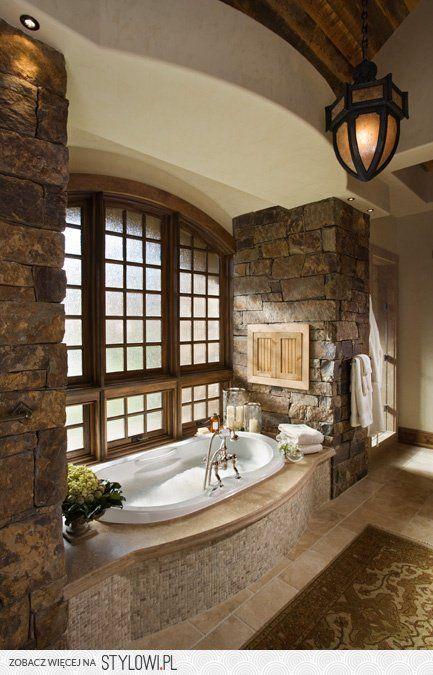 Avec la baignoire près d'une fenêtre.