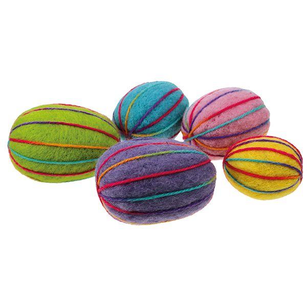 Styrox-munien päälle neulahuovutetut munat. Koristeena värikästä villalankaa.
