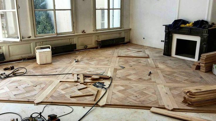 """""""De #oudeplank is een schitterende #eiken Versailles vloer aan het monteren in #amsterdam. #oldwood #reclaimedwood"""""""
