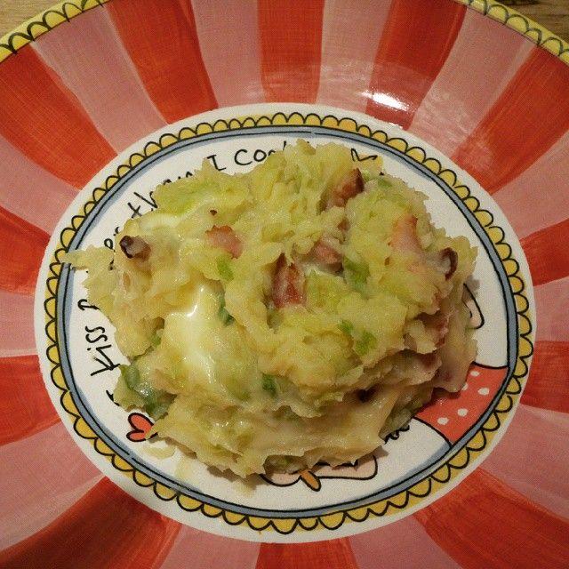 Wat te koken met mijn vers geoogste groene kool van de moestuin. Een heerlijke stamppot met een lekker kaasje en wat spek. Recept voor groene kool stamppot.