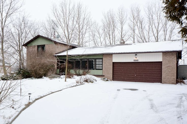 Fabulous Offering ~ Bungaloft on 1.38 Acre Lot ! 4 Bdrm. Home w/ Finished Rec Room on a Beautiful 1.38 Acre Lot. Newer Furnace & Roof. Spacious Kitchen, Hardwood Flooring and a Entertainer's Patio. Mature Trees, Close to 407ETR and Go Bus Route #18. Come Quick - This one won't last !