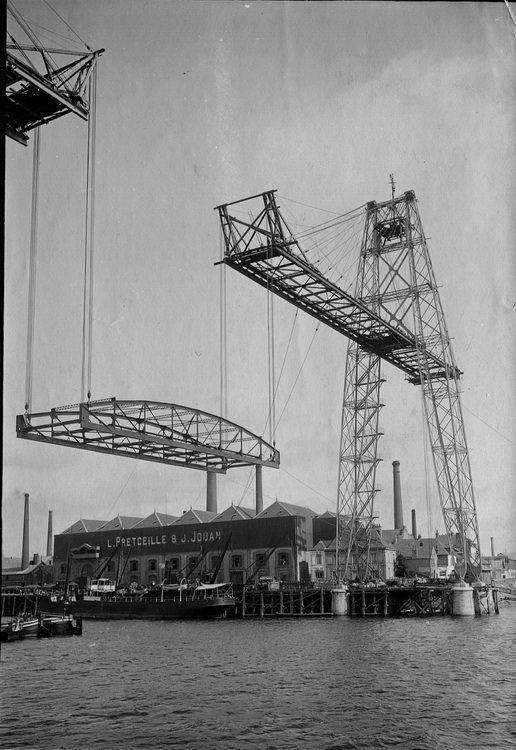 Mise en place de la travée centrale du tablier du pont transbordeur en 1903