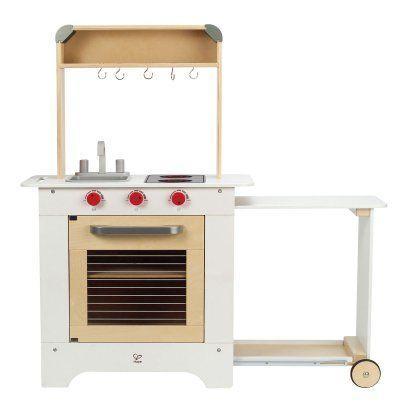 Hape Keukentje Cook 'n Serve Dit prachtige houten keukentje van Hape heeft een uitschuifbaar aanrecht. Zo kan hij makkelijk opgeborgen worden en is er genoeg ruimte om te spelen. Op de achterkant vind je een schoolbord waar je het menu van de chef kan zetten. #benjaminbengel