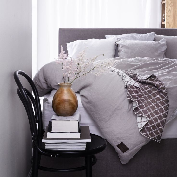Linen bedlinen and merino wool blanket from LANGØ.