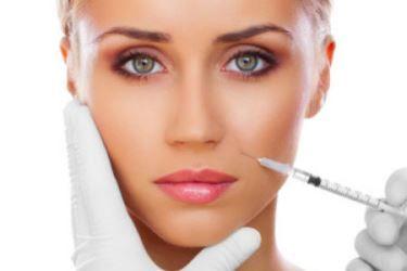 A lipoenxertia facial trata rugas e perda de volume do rosto. Saiba como é feita e para quem está indicada a lipoenxertia facial.