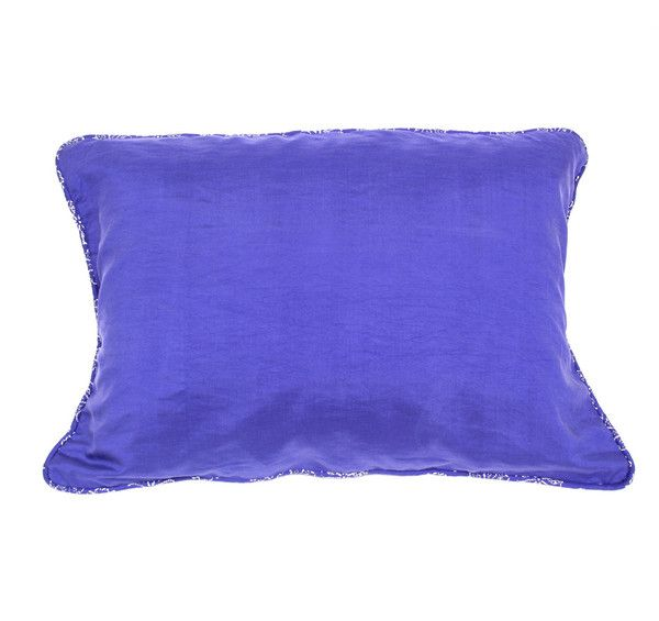 Made from hand-woven 100% pure silk this luxurious pillow case is soft on your skin and helps prevent hair from tangling. Folds into its own handy travel bag.