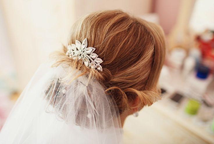 Spana in vår frisyrbild i kategorin Bröllopsfrisyrer idag! Bli inspirerad till ditt näst frisyr!