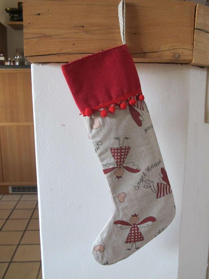 Vánoční punčocha Veselé vánoční punčochy můžou sloužit jako dekorace nebo se v nich může nadělovat...cena za 1 ks. V nabídce máme také adventní kalendář ve stejném provedení. Materiál: 100% bavlna Rozměr: délka 40 cm, šířka nahoře 12cm dole v nejširším místě 20cm