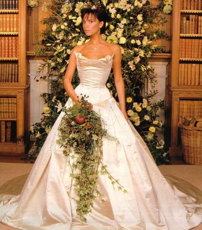 Виктория Бекхэм   Сейчас Виктория сама создает наряды, в том числе и свадебные, а когда-то для собственной свадьбы с футболистом Дэвидом Бекхэмом доверилась известному дизайнеру Вере Вонг. Кстати, это классическое платье с корсетом и 6-метровым шлейфом до сих пор бережно хранится в гардеробе звезды.