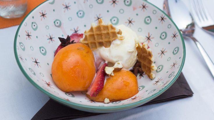 Dessert op de barbecue: papillot van abrikoos en aardbei met vanilleroomijs | VTM Koken