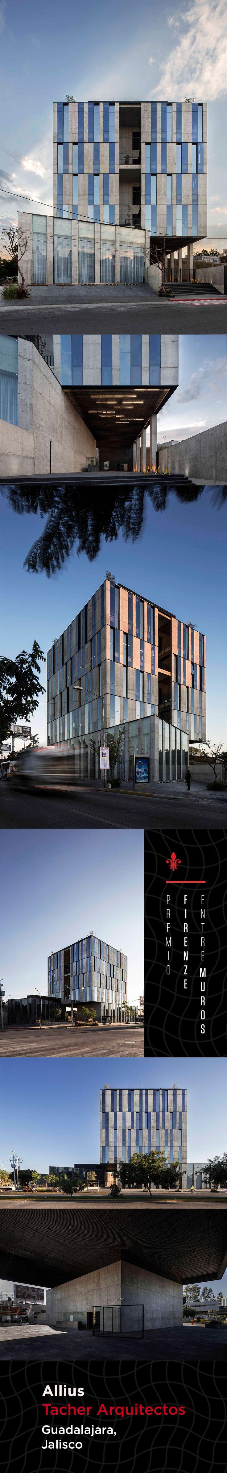 Una imagen potente es el sello distintivo de este edificio, el cual se posa sobre una columna hueca central, mientras que en el perímetro se colocaron puntales de concreto que forman la fachada. Des- taca su alta e ciencia un juego de ventanas fijas y de proyección que generan un patrón geométrico.