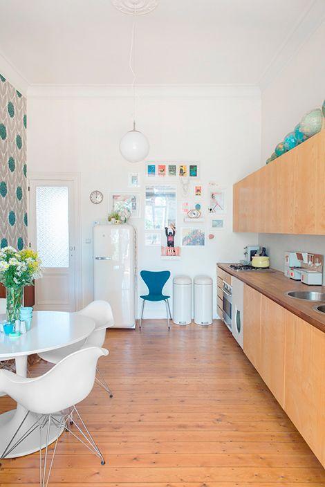 frigo smeg blc sur fond noir chaises table cuisine. Black Bedroom Furniture Sets. Home Design Ideas