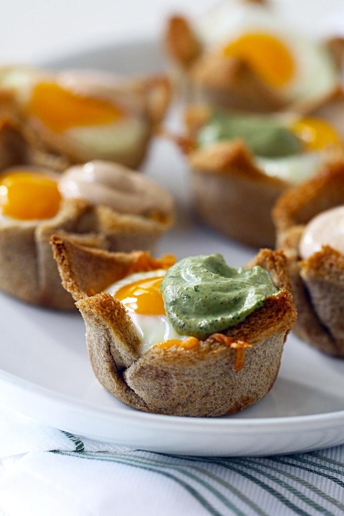 Easy egg cups with avocado and cilantro creamy salsa #amolosaguacates