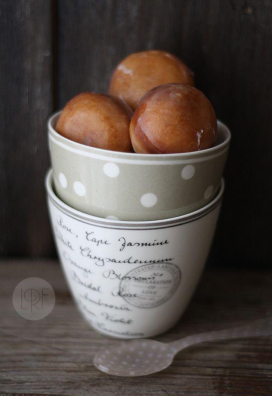Bolitas de donut rellenas de nutella, crema o cubiertas de chocolate