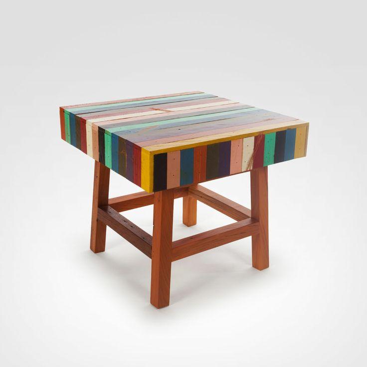 Banco Vidigal em madeira de demolição reciclada filetada colors. Dimensões: L -50 cm, C - 50 cm, A - 45 cm. Designer - Bruno Jahara