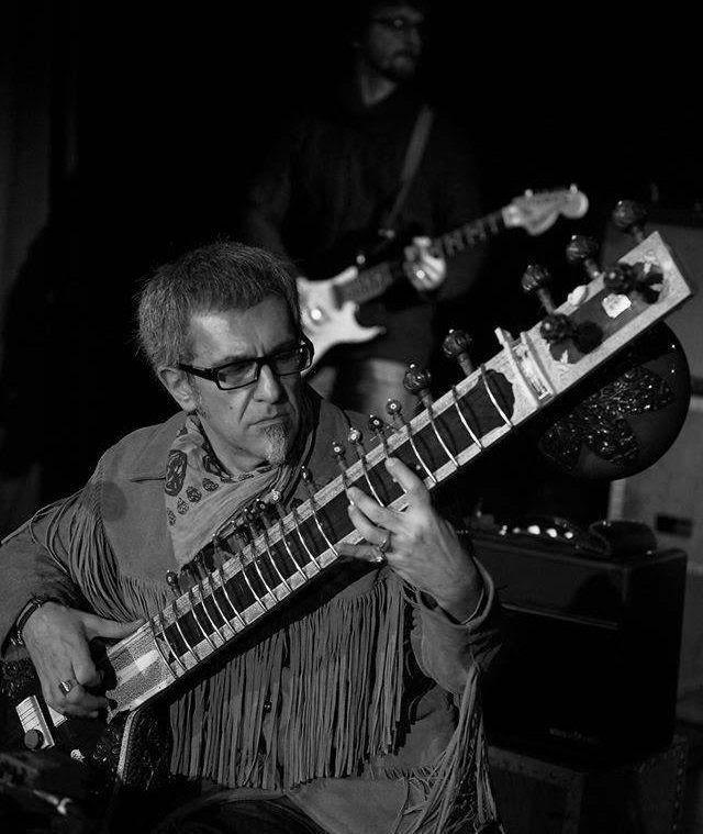 Ο Bill Hunchback μουσικός, D.J., περσόνα της πόλης – ξεκίνησε να παίζει σιτάρ πριν από 27 χρόνια. Η #συνέντευξη μαζί του προσφέρεται και ως πρόλογος στη συναρπαστική μουσική κουλτούρα της Ινδίας. --------------------------------------- #art #music #sitar #player #fragilemagGR http://fragilemag.gr/bill-hunchback-sitar/