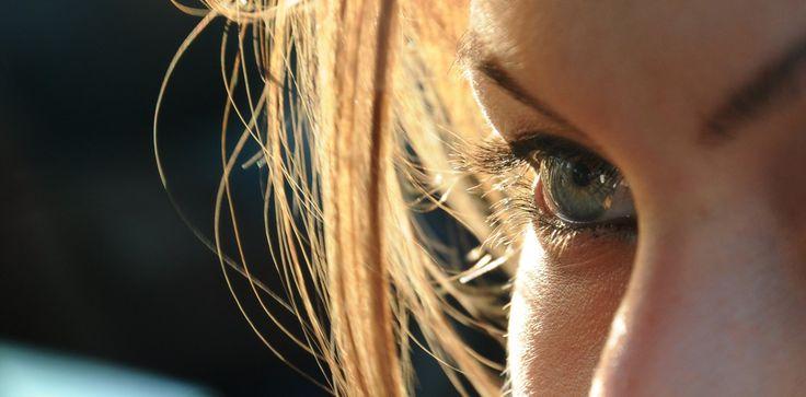 Fotografia di un occhio in controluce