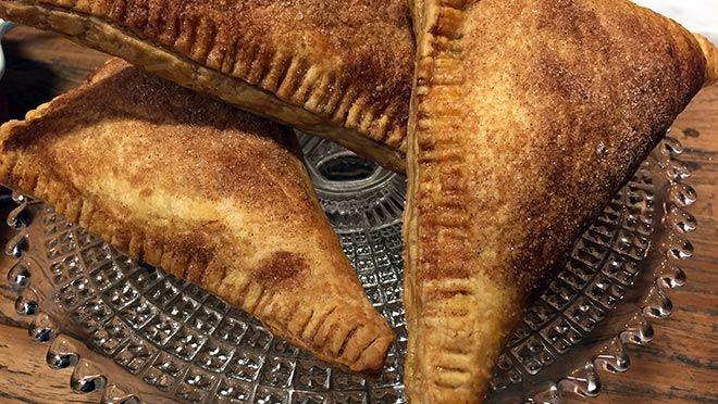 Kersenflappen met banketbakkersroom - Rudolph's Bakery   24Kitchen heel simpel om te maken.