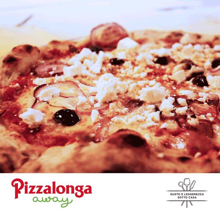 """Oggi vogliamo proporvi una #pizza speciale per farvi sentire ancora un po'... in vacanza: la pizza """"Atene"""". Una base croccante ricoperta di pomodoro, mozzarella e olive taggiasche. A cottura ultimata, il tocco finale: una manciata di feta greca e cipolla di Tropea. Chi ha già l'acquolina in bocca alzi la mano!  #PizzalongaAway #takeaway #gustoeleggerezzasottocasa #summertime #pizzalovers"""
