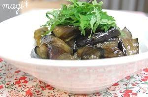 楽天が運営する楽天レシピ。ユーザーさんが投稿した「小さなおかず♪常備菜にも♪なすの甘辛煮。」のレシピページです。味噌味もおいしいけど、こちらは甘いお醤油味。なすがトロトロでおいしい!冷やして食べてもおいしいのです。。常備菜 なすの煮付け 煮物 副菜。長なす,しょうゆ,砂糖,ごま油,青じそ