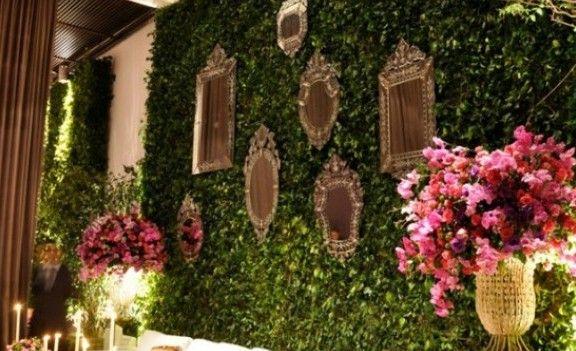 """O muro inglês é a famosa parede de folhagens! Algumas pessoas não suportam a idéia de ter um """"muro de folhas"""" em seu casamento. Mas para aqueles que AMAM a idéia e acham que o ambiente fica mais aconchegante, separei várias inspirações! O muro é extremamente versátil, pode ser usado no lounge, hall de entrada, …"""