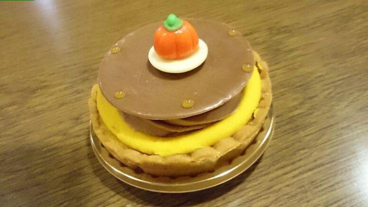 カンボジェンヌ                    ¥464(430)  パンプキンチーズケーキの上はカボチャとますかよ、りりれれ                  カンボジェンヌ              ¥464(430)  パンプキンチーズケーキの上はカボチャクリーム、シャンティショコラ(ミルクチョコ.オレンジ風味)、 カカオ分60%のチョコレートをうすーく伸ばし丸く抜き、やさしくのせました。 マジパンのかぼちゃがキュートでしょ(*´ω`*)