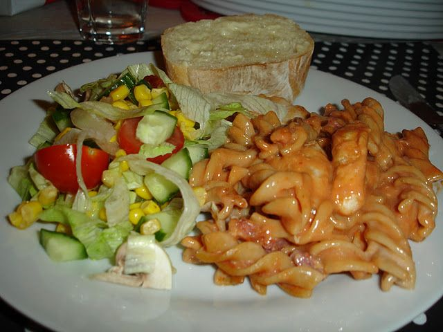 Pastaret med kylling og tomat Ingredienser3 Kyllingefileter1 pakke bacon i tern 400 g. fuldkornspasta1 stor dåse tomatpure3 dl. minimælk2 dl. vand1 bouillonterning 1/2 liter mornaysauce5% Fremgangsmåde Pastaen koges efter anvisning på pakken. Baconternene steges sprøde på en pande. Kyllingefileterne skæres i mindre stykke og steges på panden. Krydr dem med salt, barbecue og paprika. Bacon,...Læs mere »